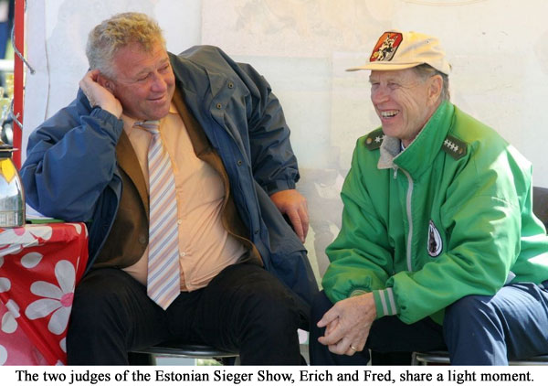 The two judges of the Estonian Sieger Show, Erich and Fred, share a light moment.